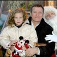 Archives - Francis Huster et sa fille Elisa célèbrent Noël à DisneyLand Paris. Le 9 novembre 2003.