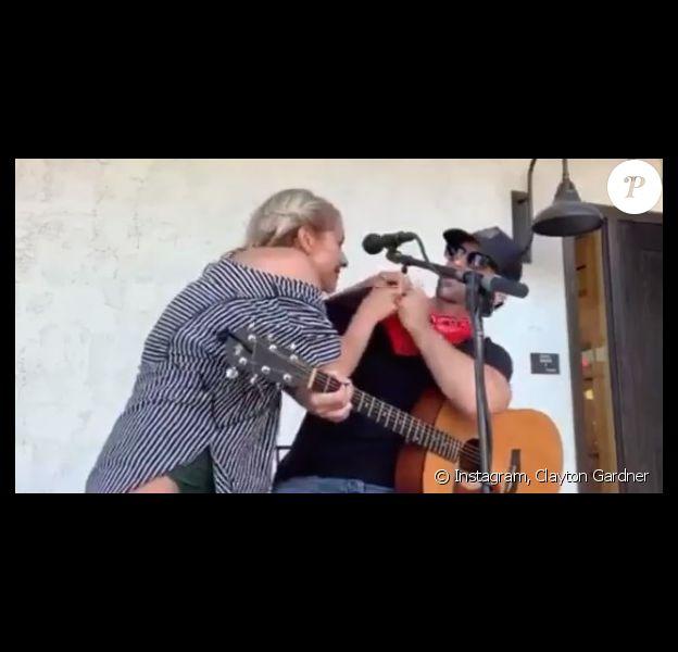 Une jeune femme tousse sur le chanteur Clayton Gardner lors d'un concert, diffusé en live sur Facebook. Le 20 juillet 2020.
