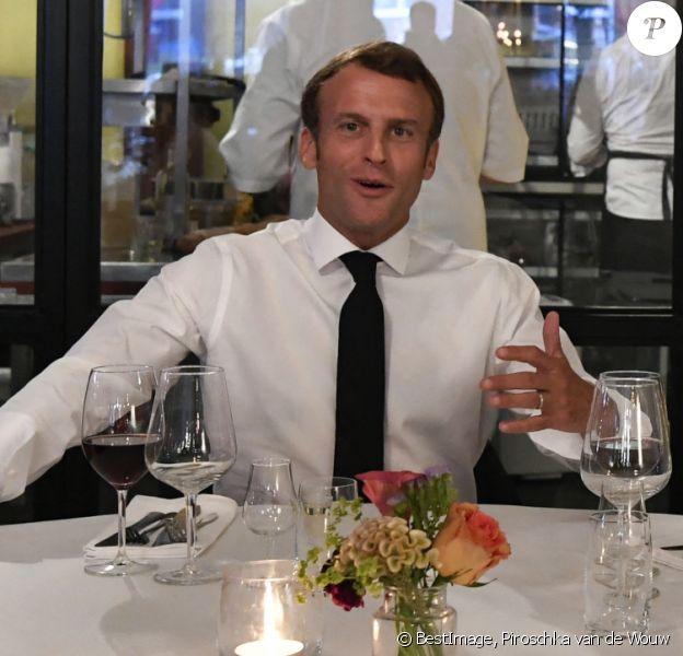 Le président Emmanuel Macron dîne dans un restaurant de La Haye après un entretien avec Mark Rutte, premier ministre des Pays-Bas le 23 juin 2020. © Piroschka van de Wouw / Pool / Bestimage