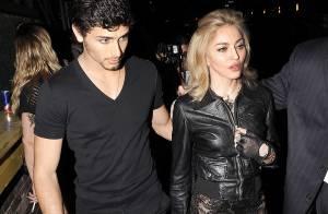 Madonna, avec son toy boy pour un défilé très classe ! Mais elle est presque... toute nue sous son blouson !