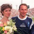 Jean-Pierre Papin et sa femme Florence au Stade Vélodrome à Marseille en mai 1999 lors du jubilé de JPP