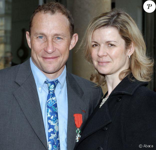 Jean-Pierre Papin avec sa femme Florence le 13 avril 2007 à l'Elysée à Paris après avoir reçu les insignes de chevalier dans l'ordre de la Légion d'honneur des mains de Jacques Chirac. ©Nicolas Khayat/ABACAPRESS.COM