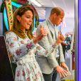 Le prince William et la duchesse Catherine de Cambridge ont tenté - en vain - de gagner une peluche aux machines à pinces lors de leur visite le 5 août 2020 à Barry Island, au Pays de Galles.