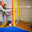 Le prince William et la duchesse Catherine de Cambridge ont fait une partie de Down the Clown pendant leur visite le 5 août 2020 à Barry Island, au Pays de Galles.