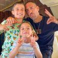 Heureux d'être en vacances, Franck Ribéry pose avec ses deux fils dans son jet privé. Août 2020.