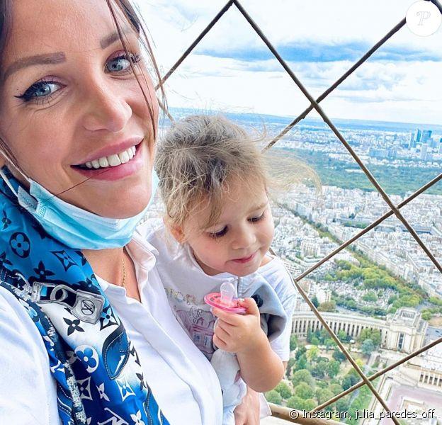 Julia Paredes avec sa fille Luna à Paris, le 4 août 2020