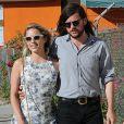 Dianna Agron et son compagnon Winston Marshall se promènent en amoureux dans les rues de Beverly Hills, le 2 octobre 2015.