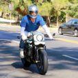 Brad Pitt sort de chez son ex Angelina Jolie au volant de sa moto dans le quartier de Los Feliz à Los Angeles pendant l'épidémie de coronavirus (Covid-19), le 28 juillet 2020. @Backgrid USA / Bestimage