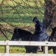 La reine Elisabeth II d'Angleterre chevauche son cheval accompagnée de Terry Pendry (Head Groom) à Windsor le 9 décembre 2019.