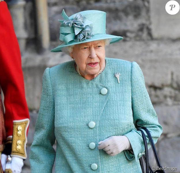 La reine Elisabeth II d'Angleterre assiste à une cérémonie militaire célébrant son anniversaire au château de Windsor dans le Bershire