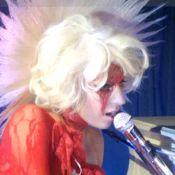 Lady GaGa : Nue sous sa dentelle rouge pour faire le show à l'after-party de Marc Jacobs ! Regardez !
