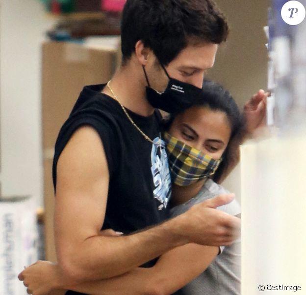 Exclusif - Camila Mendes et son compagnon Grayson Vaughan très amoureux lors d'une sortie shopping à Hollywood le 14 août 2020.