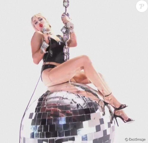 """Miley Cyrus interprète la chanson """"Midnight Sky"""" sur une boule à facettes géante, rappelant son clip de 2013 """"Wrecking Ball"""", lors des MTV Video Music Awards. Los Angeles, été 2020."""