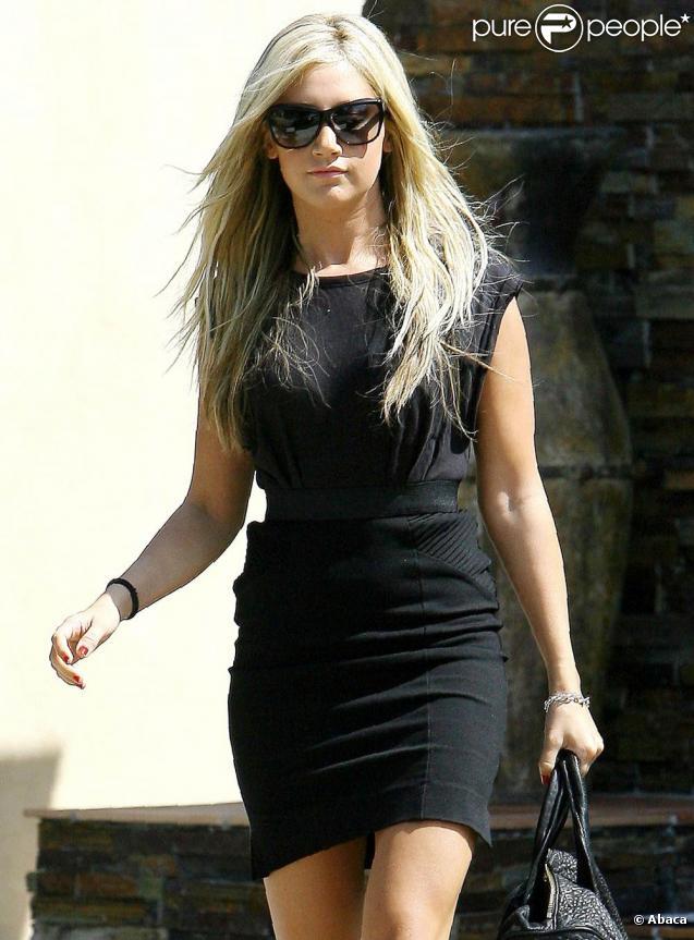 Ashley Tisdale, à Los Angeles, va rejoindre son boyfriend pour aller déjeuner avec sa famille. 19/09/09