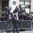 """Des policiers et des journalistes après l'attaque au siège de """"Charlie Hebdo"""" à Paris, le 7 janvier 2015 qui a fait 12 morts dont les dessinateurs Charb, Cabu et Georges Wolinski et 2 policiers."""