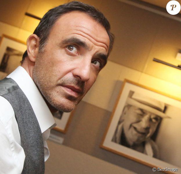 """Exclusif - Nikos Aliagas près du portrait de son père Andreas - Vernissage de l'exposition """"Moments Suspendus"""" de Nikos Aliagas à l'Atlantis Hall à Boulogne-Billancourt."""