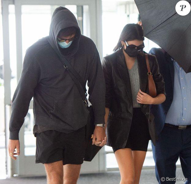 Kaia Gerber et son nouveau compagnon Jacob Eldori arrivent main dans la main à l'aéroport de JFK à New York pendant l'épidémie de coronavirus (Covid-19). Après avoir été en couple avec J. King, sa co-star dans The Kissing Booth, et ensuite avec Zendaya, avec qui il a joué dans Euphoria, l'acteur de 23 ans se serait rapproché de Kaia. Ils ont en effet été photographiés à plusieurs reprises ensemble en ce début du mois de septembre 2020. le 13 septembre 2020