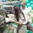 Le prince Harry et Meghan Markle lors d'une distribution de fournitures scolaires devant une école primaire de Los Angeles