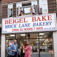 """Le prince William, duc de Cambridge, et Kate Middleton, duchesse de Cambridge, font des bagels lors de leur visite à la boulangerie """"Beigel Bake Brick Lane"""" à Londres, le 15 septembre 2020, pendant l'épidémie de coronavirus (Covid-19)."""