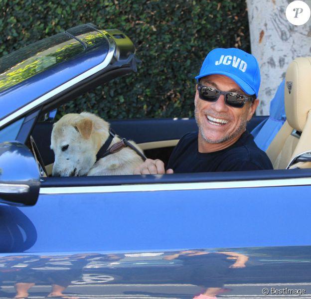 Jean-Claude Van Damme et son labrador à Los Angeles.