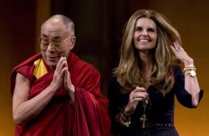 Maria Shriver, l'épouse d'Arnold Schwarzenegger, retrouve le sourire auprès du Dalaï Lama après ses deuils...