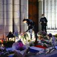 De nombreux citoyens, fidèles, habitants de la ville, sont venus se recueillir et déposer gerbes de fleurs et bougies pour rendre hommage aux trois victimes, assassinées lors de l'attentat en la basilique Notre-Dame de l'Assomption à Nice. Le 30 octobre 2020 © Norbert Scanella / Panoramic / Bestimage