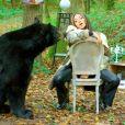 """Wejdene avec un ours dans le clip de la chanson """"16""""."""