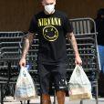"""Le chanteur de 34 ans, Matt Pokora, muni d'un masque de protection contre le coronavirus (Covid-19) et vêtu d'un tee-shirt du groupe de rock """"Nirvana"""", a fait quelques provisions dans un supermarché de Los Angeles. Le 6 juin 2020."""