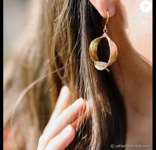 La paire de boucles d'oreilles Catherine Zoraida portée par Kate Middleton lors d'une visioconférence à Kensington, le 15 novembre 2020.