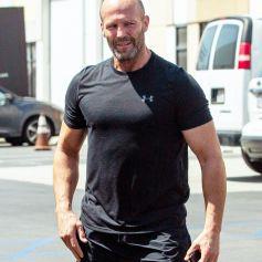 Exclusif - Jason Statham salue 2 fans à la sortie de son cours de gym à Los Angeles pendant l'épidémie de coronavirus (Covid-19), le 29 juillet 2020