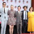 """Johnny Galecki, Jim Parsons, Kaley Cuoco, Simon Helberg, Kunal Nayyar, Mayim Bialik, Melissa Rauch - Les acteurs de """"The Big Bang Theory"""" laissent leurs empreintes sur le ciment lors d'une cérémonie au Chinese Theatre à Hollywood, Los Angeles, le 1er mai 2019."""