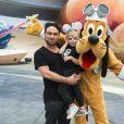 Johnny Galecki et sa nièce Luci posent avec le personnage de Disney Pluto à Disney World à Buena Vista. Le 4 mai 2016.