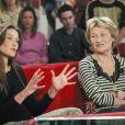 """Carla Bruni et sa mère Marisa Borini dans l'émission """"Vivement Dimanche"""" en 2003."""