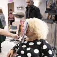 """Exclusif - Muriel Robin (dans le rôle de Liliane) et Mimie Mathy (dans le rôle de Mme Plantin) - Sketch Le Salon de coiffure - Tournage du film """"I love you coiffure"""" de M.Robin. Le 6 janvier 2020 © Cyril Moreau / Bestimage"""