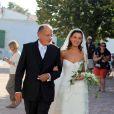 Marie-Julie Baup arrive à l'église, accompagnée de son papa, pour se marier avec Lorànt Deutsch, à l'Ile de Ré. 3/10/09