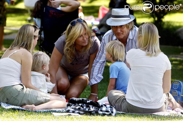 Rod Stewart et Penny Lancaster en compagnie de leur fils dans un parc à Beverly Hills le 26 septembre 2009