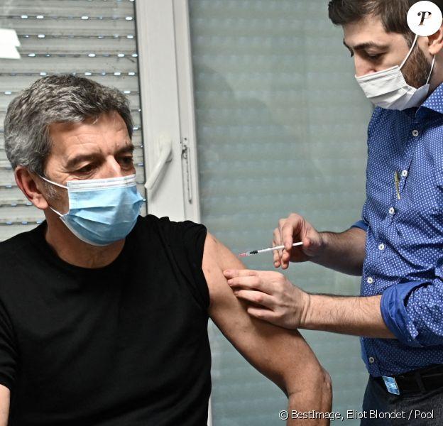 """Michel Cymes se fait vacciner contre la COVID-19 (coronavirus) pour """"donner l'exemple"""" à la Maison Médicale de Garde de l'hôpital Robert Ballanger à Aulnay-sous-Bois le 6 janvier 2021. © Eliot Blondet / Pool / Bestimage"""