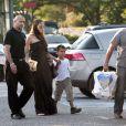 Angelina Jolie et son fils, Maddox, à la sortie d'un supermarché de Brignoles !