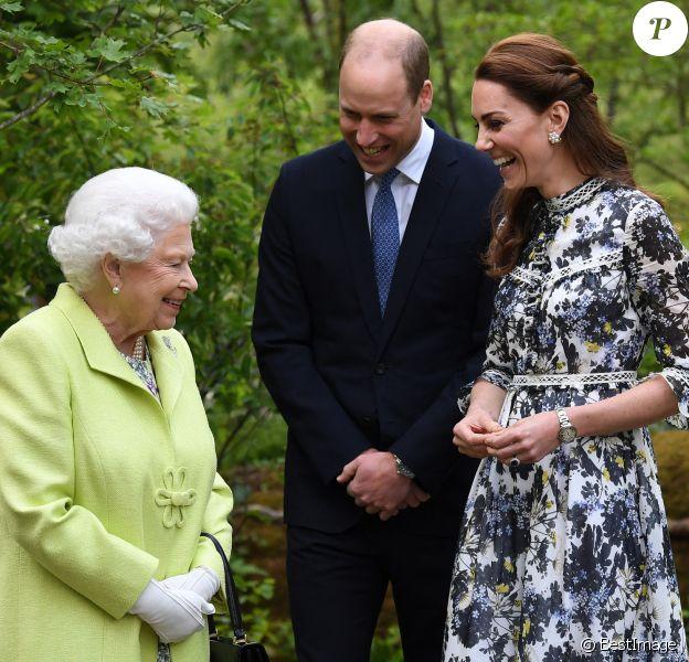 """La reine Elisabeth II d'Angleterre, le prince William, duc de Cambridge, et Catherine (Kate) Middleton, duchesse de Cambridge, en visite au """"Chelsea Flower Show 2019"""" à Londres."""