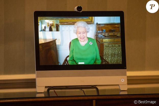 La reine Elizabeth II apparaît sur un écran par vidéoconférence du château de Windsor, où elle est en résidence, lors d'une audience virtuelle pour recevoir l'ambassadeur de Belgique Bruno van der Pluijm et Hildegarde Van de Voorde qui ont assisté au palais de Buckingham, à Londres. Le 18 décembre 2020.