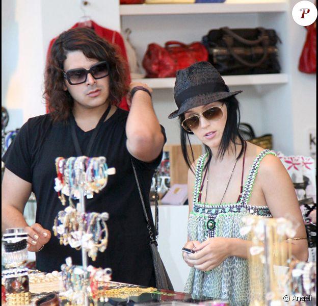 Katy Perry en session shopping avec un ami à Hollywood le 18 octobre 2009