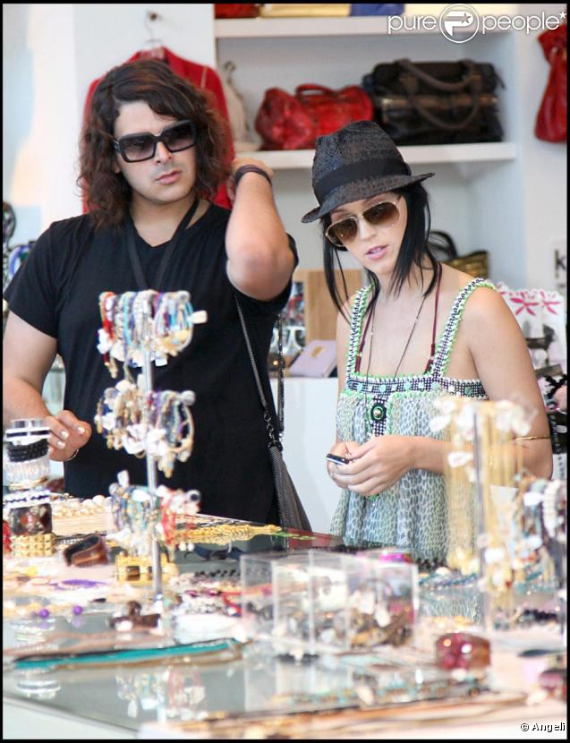 Katy Perry en session shopping avec un ami à Hollywood le 18 octobre 2009