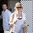 Rebecca Gayheart se cache le ventre derrière son sac à la sortie d'un café de Los Angeles le 16 octobre 2009