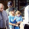 Christina Aguilera fait du shopping avec son fils chez Barney's New York à Beverly Hills le 17 octobre 2009