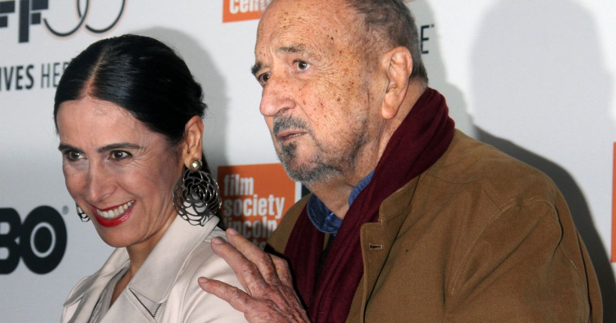 Obsèques de Jean-Claude Carrière : Carole Bouquet et Louis Garrel soutiennent sa veuve et ses deux filles - Pure People