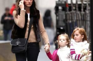 Brooke Shields : Une maman en balade avec ses adorables gamines... qui ne lâche pas son téléphone !