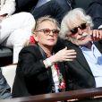 Véronique Sanson et son compagnon Christian Meilland dans les tribunes des Internationaux de France de tennis de Roland-Garros à Paris, le 2 juin 2015.
