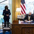 Le président Joe Biden signe une loi dans le bureau Ovale à la Maison Blanche à Washington le 30 mars 2021.