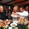 Massimo Gargia, Pamela Anderson et le chef Christophe Leroy - Dîner au profit de la Pamela Anderson Foundation à Paris le 4 mai 2017. © Philippe Doignon/Bestimage
