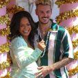 """Christina Milian, enceinte, et M Pokora (Matt) font la promotion de la marque """"Beignet Box"""" de Christina sur un char lors d'une parade à Los Angeles."""